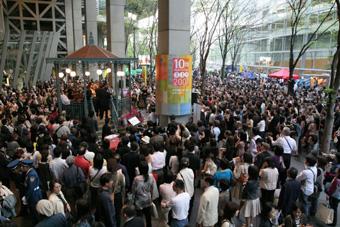 地上広場でのコンサート軽い.jpg